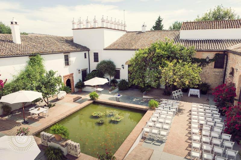 Ceremoniesetting op de binnenplaats van trouwlocatie Fain Viejo in Spanje