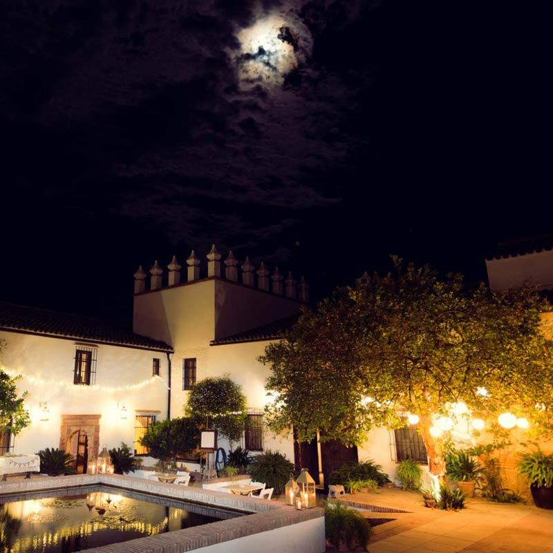 Verlichte binnenplaats trouwlocatie Fain Viejo in Spanje
