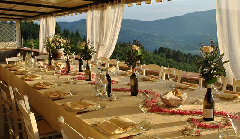 Dinertafel met uitzicht op trouwlocatie Italië