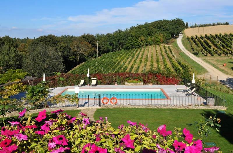 Zwembad en uitzicht trouwlocatie Lucciolaia in Toscane