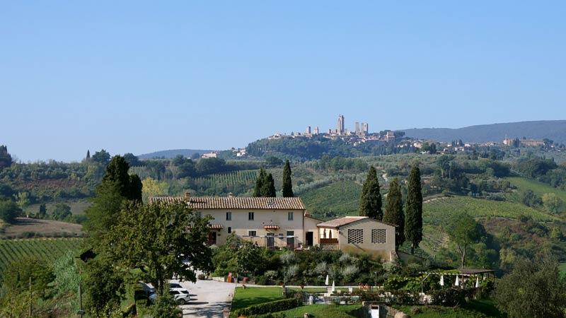 Trouwlocatie Lucciolaia met uitzicht op San Gimignano in Toscane