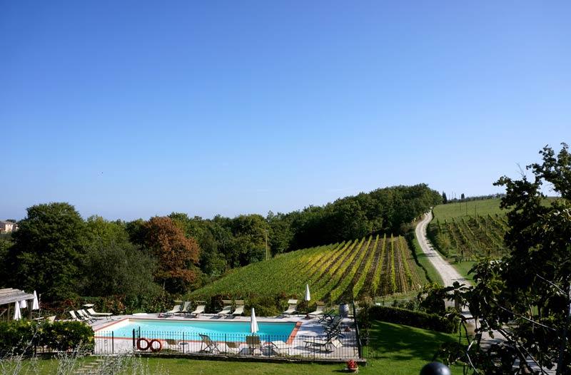 Oprijlaan en zwembad trouwlocatie Villa Lucciolaia Toscane