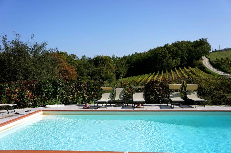Zwembad en wijngaard trouwlocatie Lucciolaia in Italië