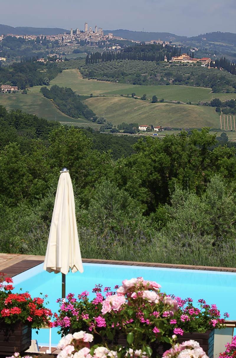 Zwembad met uitzicht op San Gimignano op trouwlocatie in Italië