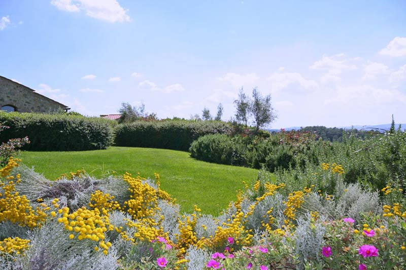 Bloeiende tuin trouwlocatie Toscane