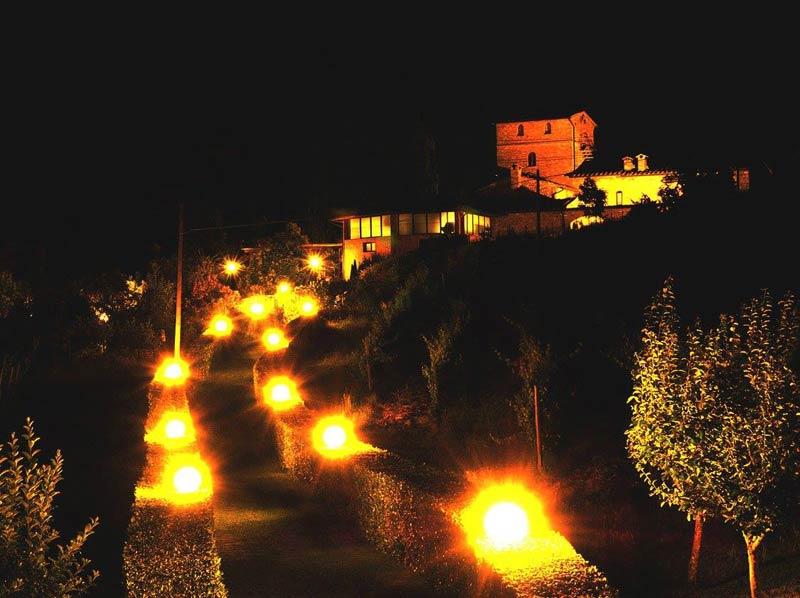 Verlicht pad trouwlocatie Villa Palagetto Italië