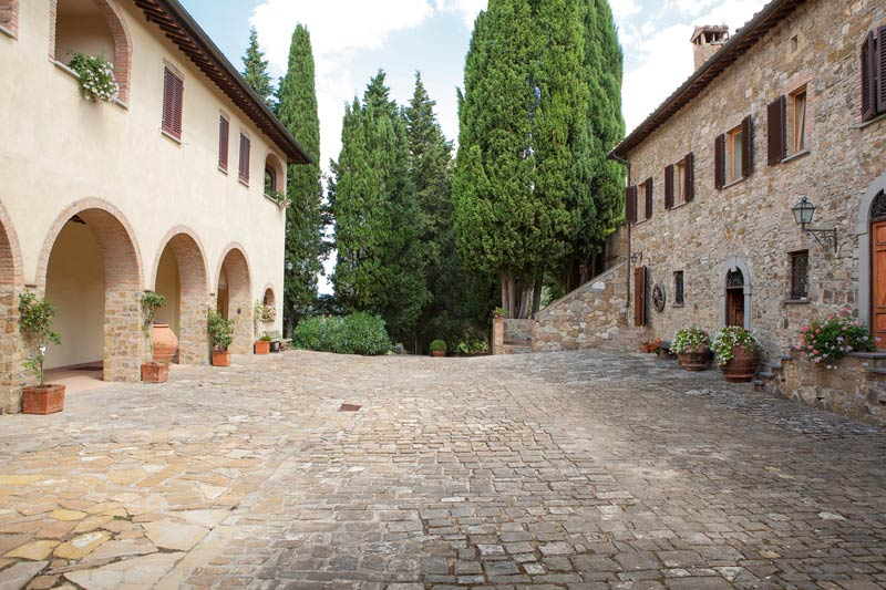 De binnenplaats van Quercia al Poggio in Italië