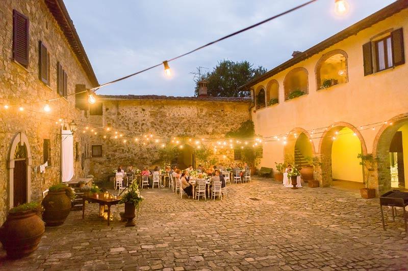 Dinersetting binnenplaats trouwlocatie Toscane