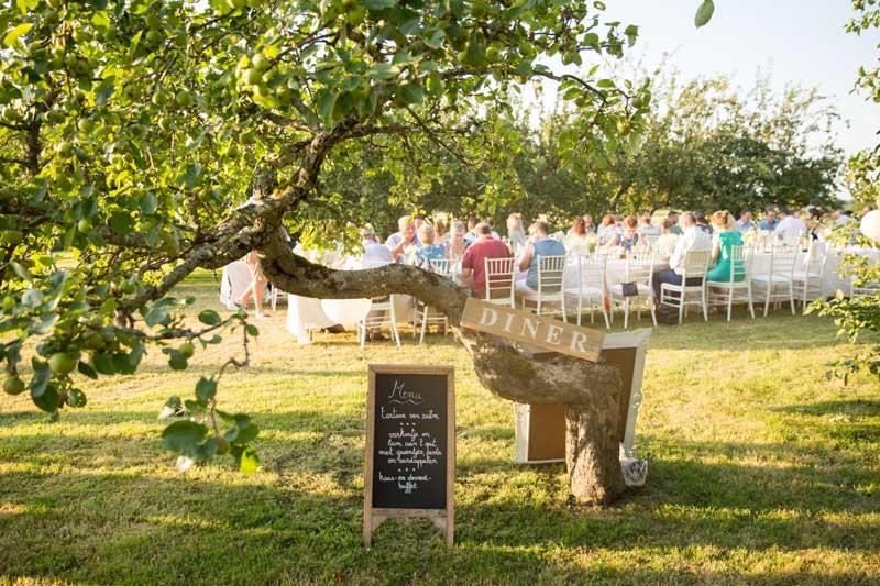 Tuin diner trouwlocatie Domaine de Savigny in Frankrijk