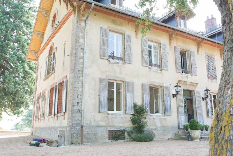 Voorkant landhuis trouwlocatie Domaine de Savigny in Frankrijk