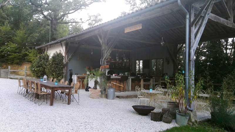 Buitenkeuken van trouwlocatie Domaine la Douce Frankrijk