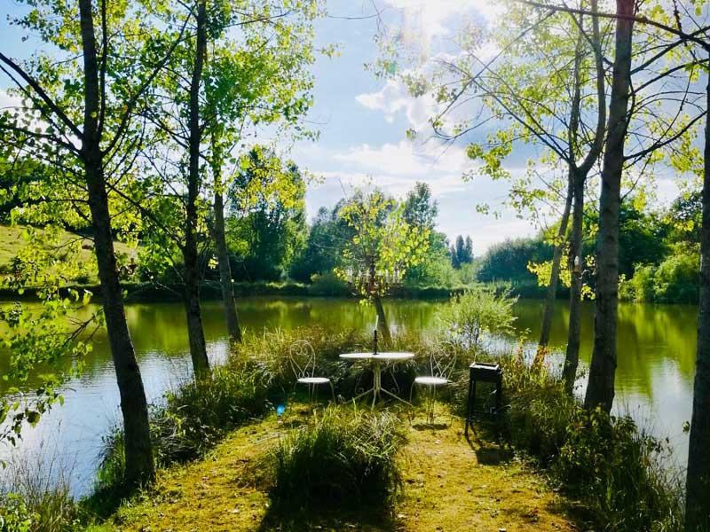 Romantisch zitje aan het meer bij Domaine la Douce