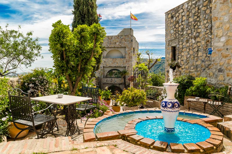 Romantisch terras bij Castillo de Monda in Spanje