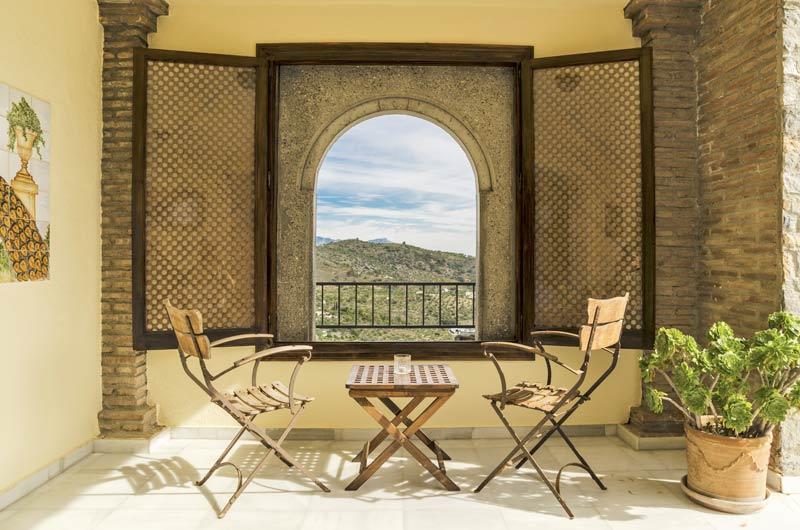 Romantisch zitje bij trouwlocatie Castillo de Monda in Spanje