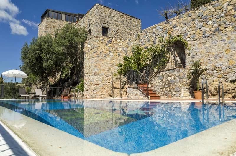 Zwembad trouwlocatie Castillo de monda in Spanje