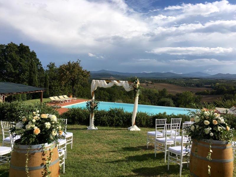 Ceremoniesetting met uitzicht trouwlocatie Tenuta di Papena Italie
