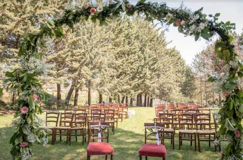 Ceremoniesetting trouwlocatie Villamena in Italie