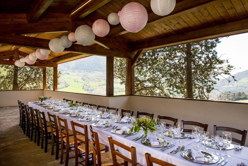 Lange dinertafel trouwlocatie Villamena in Italie