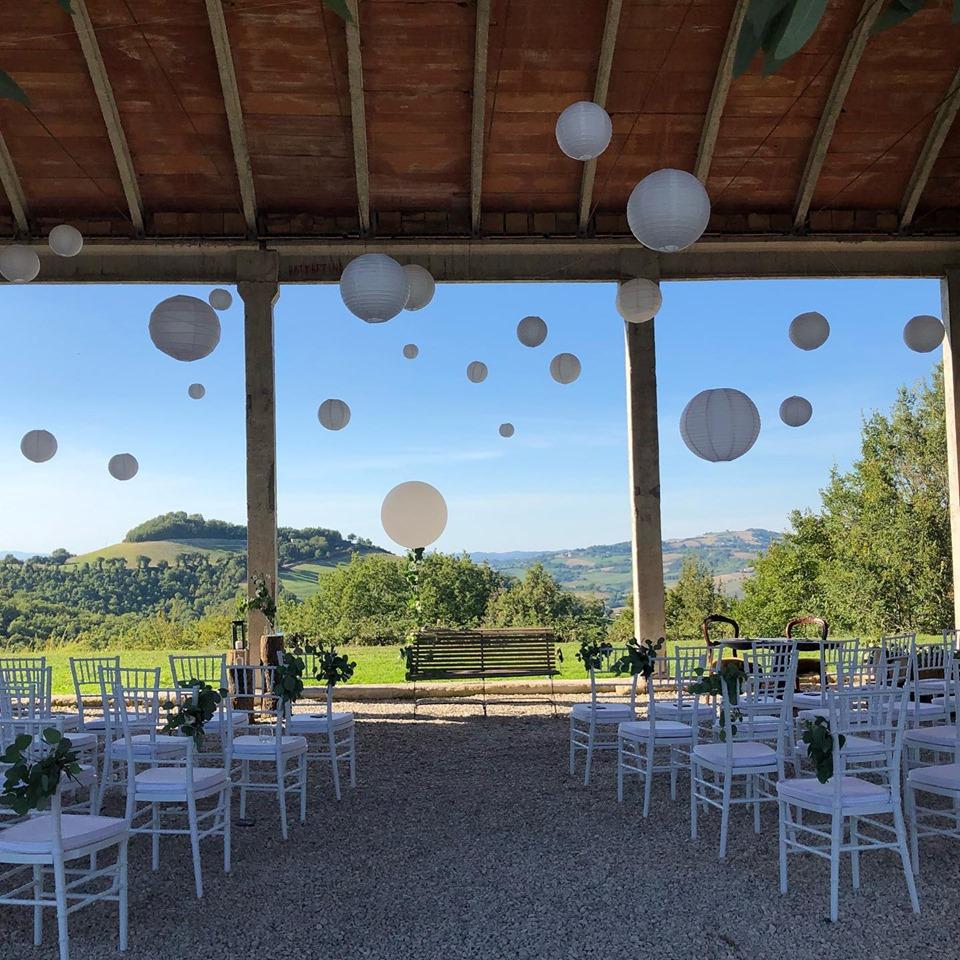 Ceremoniesetting trouwlocatie Le Stonghe Italie