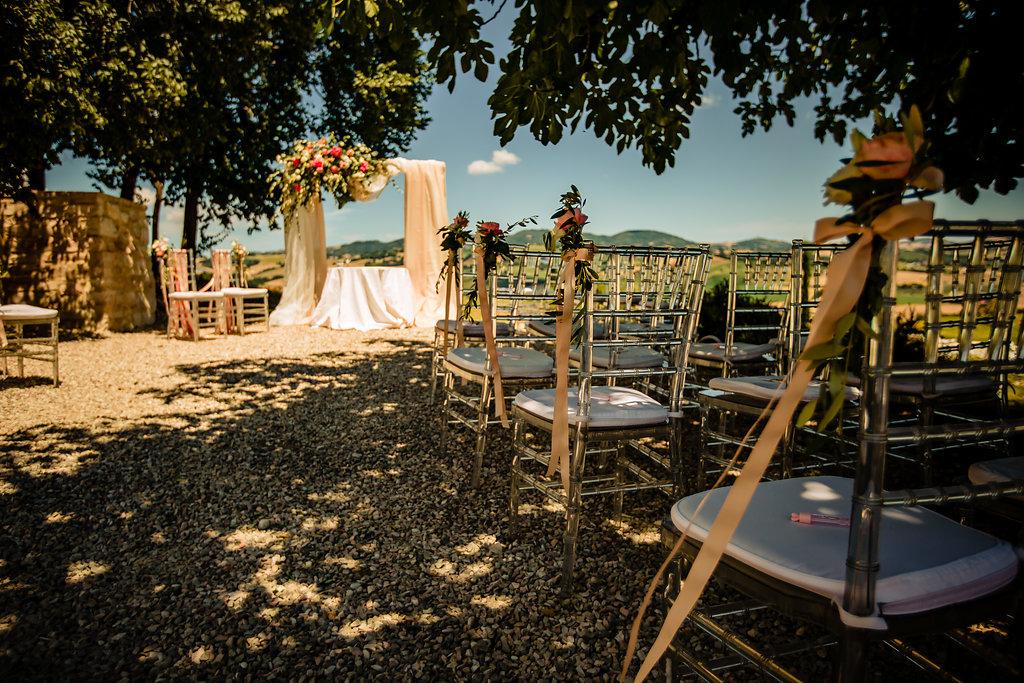 Ceremoniesetting trouwlocatie Le Stonghe in Italie